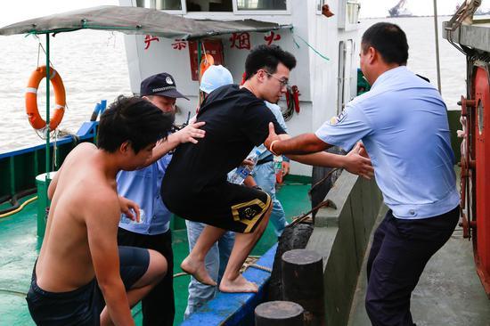 被困男子被成功救出。 舟山公安供图
