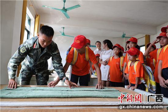 武警广西总队钦州支队:贫困学生进军营感受强大国防
