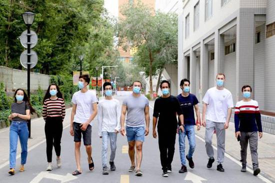 华侨留学生因疫情滞留新疆 生活依然丰富多彩