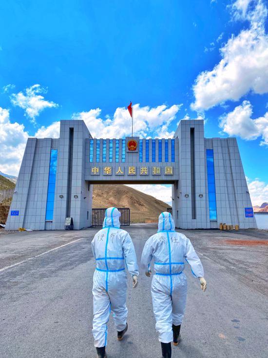 新疆伊尔克什坦出入境边防检查站坚守国门 护航中吉贸易发展