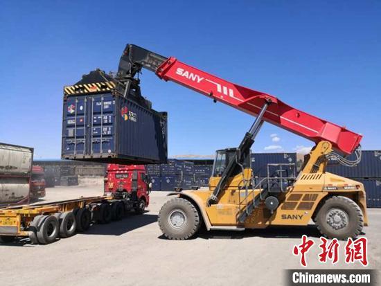 疫情货运不停歇 新疆布列开车站货运突破100万吨