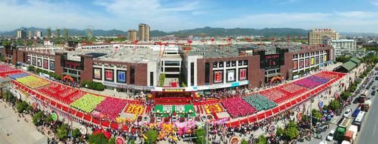 花园红木家具城每年举办盛大的展销会。王江红 摄