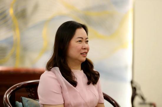 花园红木开发公司董事长兼总经理严旭接受采访。王江红 摄