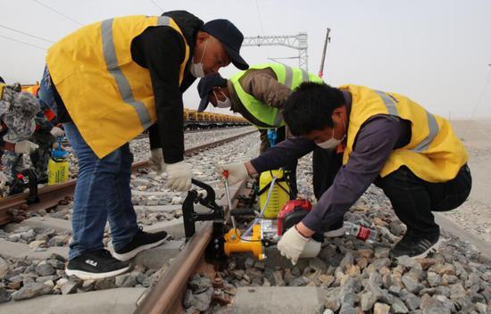 格库铁路新疆段铁路信号工程加紧施工