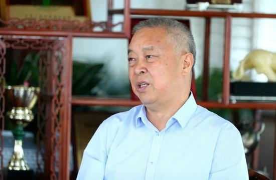 花园村党委书记、花园集团董事长兼总裁邵钦祥接受采访。王江红 摄