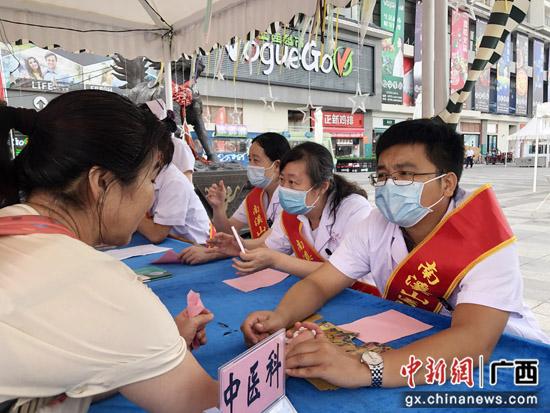 """桂林医务人员庆祝""""中国医师节""""开展义诊惠民活动"""