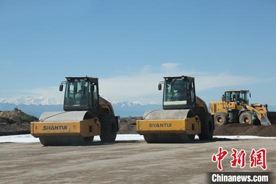 """防""""疫""""不松懈 新疆高原天马机场建设保生产"""
