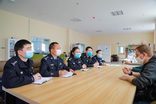丽水市公安局出入境管理局民警深入企业走访,对接服务高层次人才。 王豪 摄