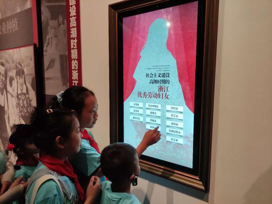 孩子们参观千鹤妇女纪念馆。杭州妇联 供图