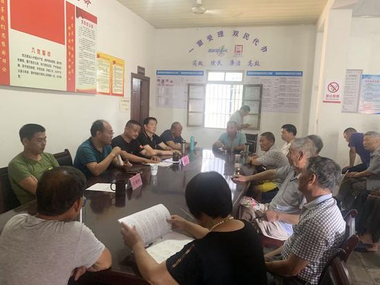 刘家村村务协商委员会在讨论中 黄店镇提供