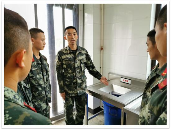"""官兵们通过""""微讲堂""""学习节约理念。 武警温州支队供图"""