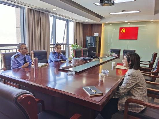 检察官赴富阳区市场监管局座谈交流。  富阳检察院 供图