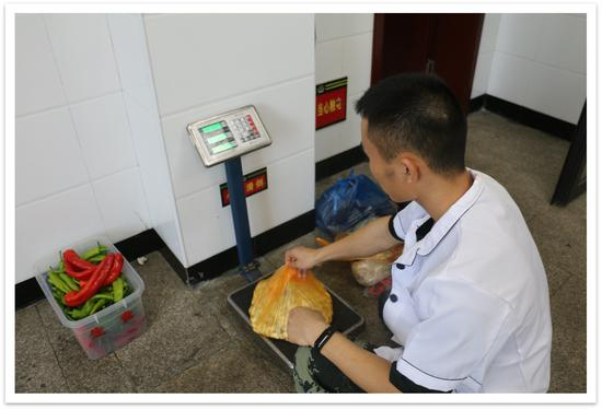 厨房做餐精确控制大米和菜的总量。 武警温州支队供图