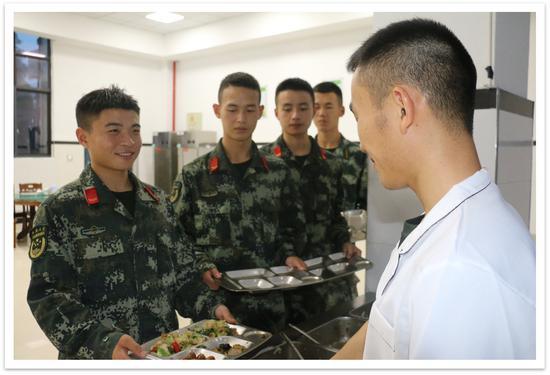 官兵在食堂打餐时,按需取量、按量取餐。 武警温州支队供图