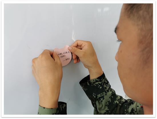 """官兵们发出节约的""""微倡议""""。 武警温州支队供图"""