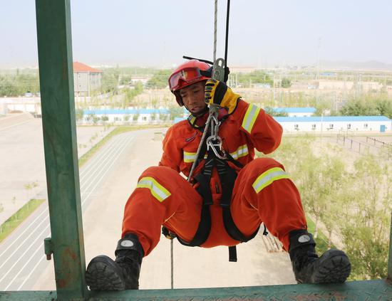 """新疆巴州森林消防""""火焰蓝""""尖子比武索滑▲降"""