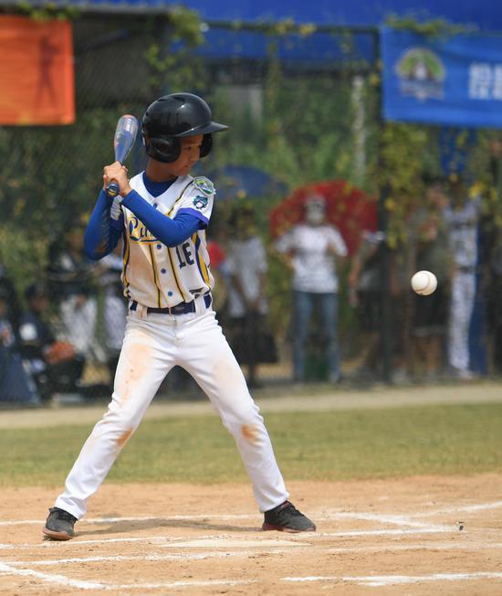 选手在比赛中击球。  王刚 摄