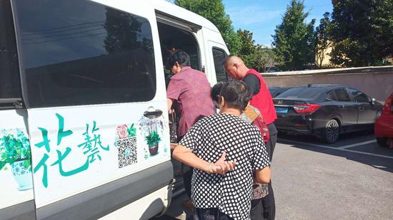 党员志愿者驾驶爱心车辆免费接送老人 韦诚 摄