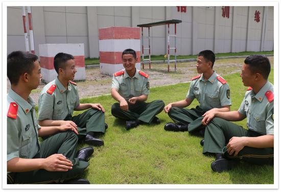 官兵三五成群讨论如何养成节约习惯。 武警温州支队供图