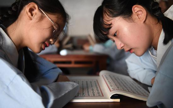 两位小朋友着古装诵读古文。  王刚 摄