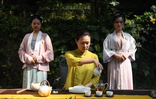 茶艺表演者着古装进行茶艺表演。   王刚 摄