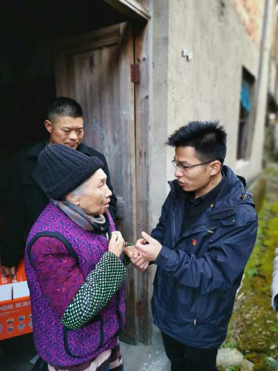 挂职干部薛晓龙慰问老奶奶。宁海供图
