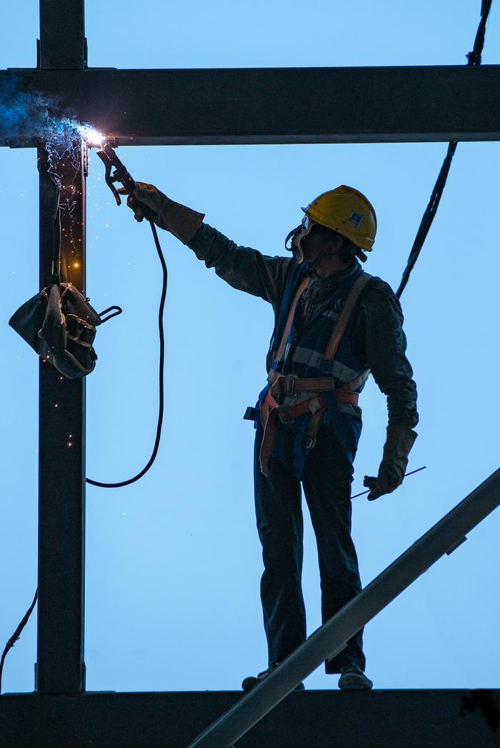 电焊工人在焊接钢结构。宁波南商管委会供图