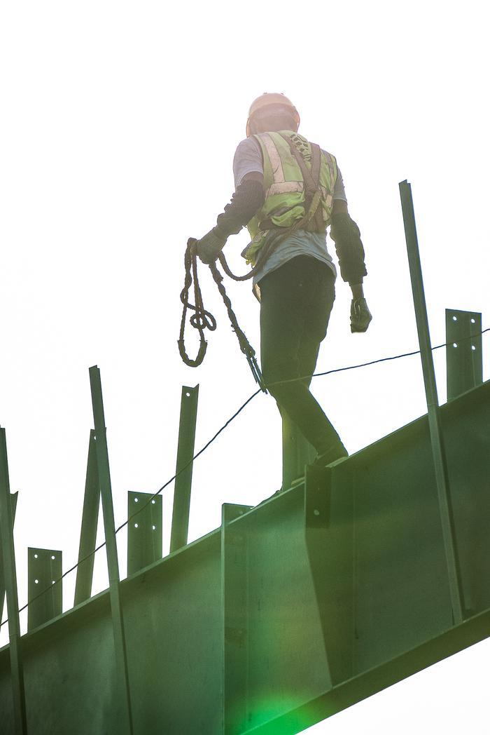 钢结构吊装工人在高空行走作业。宁波南商管委会供图