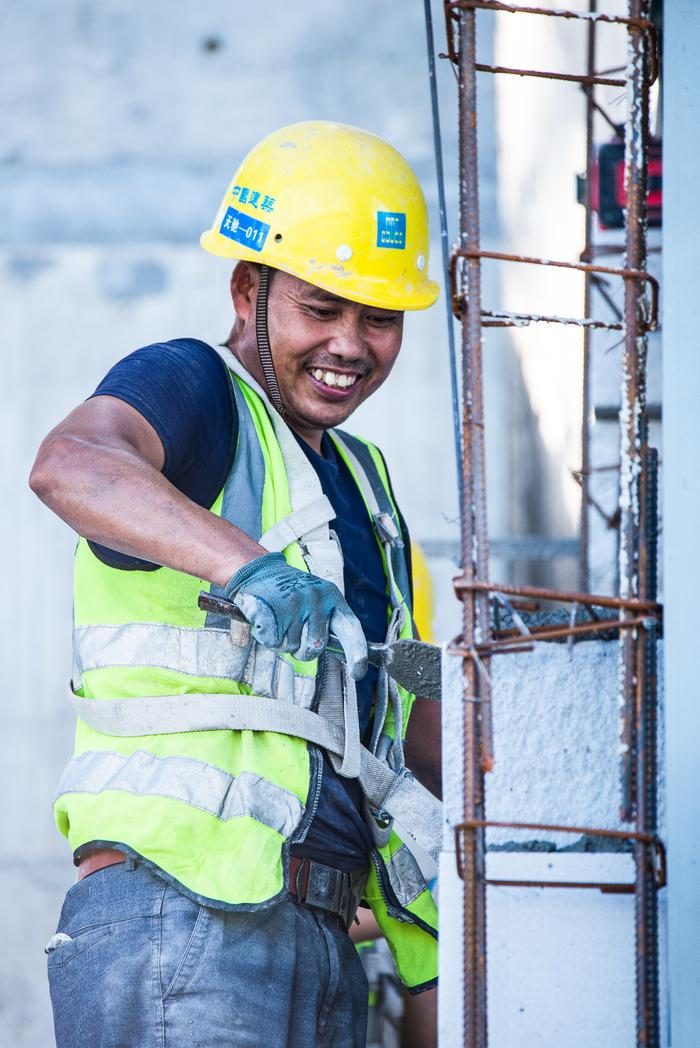 抹灰工人在内墙抹灰。宁波南商管委会供图