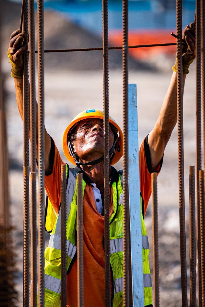 钢筋工人在套箍筋。宁波南商管委会供图