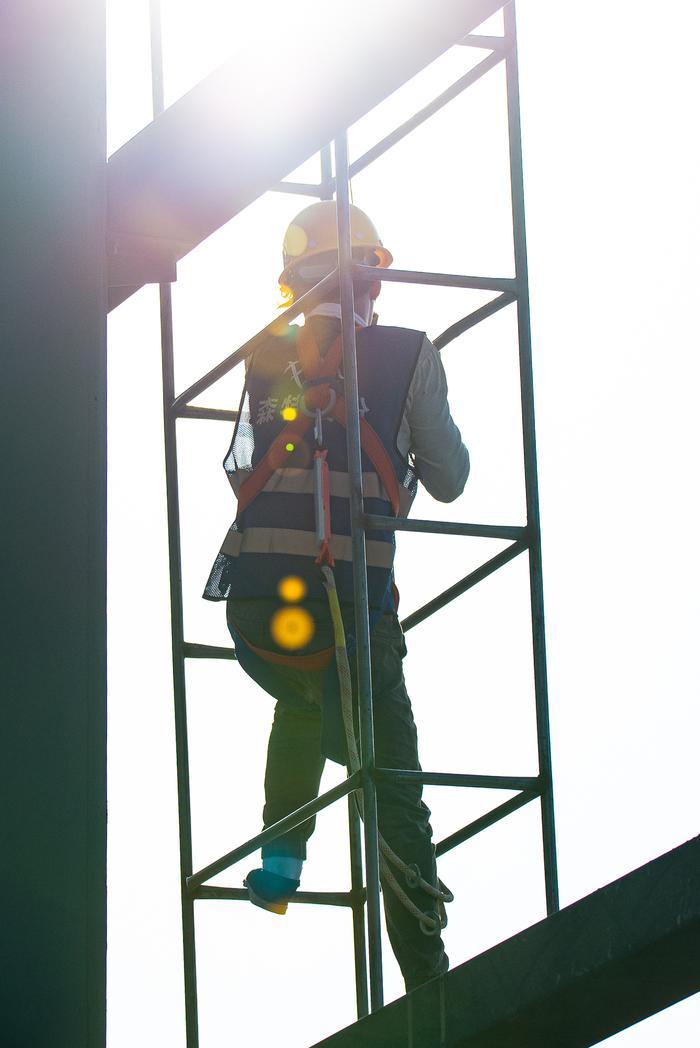 吊装工人在攀爬临时楼梯。宁波南商管委会供图