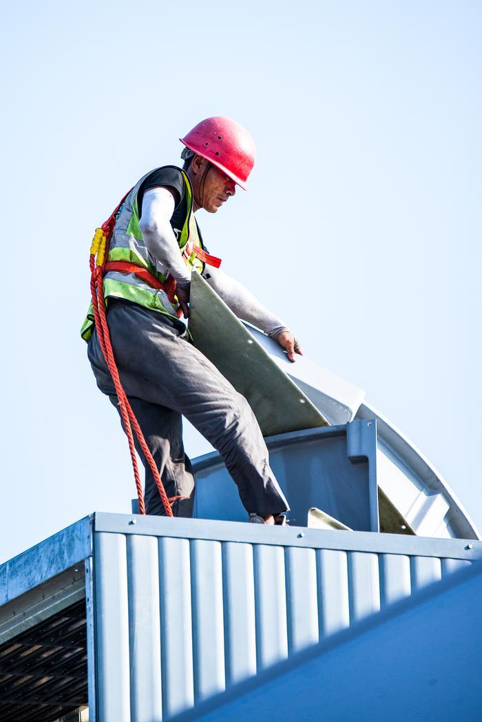 安装工人在高空安装设备。宁波南商管委会供图