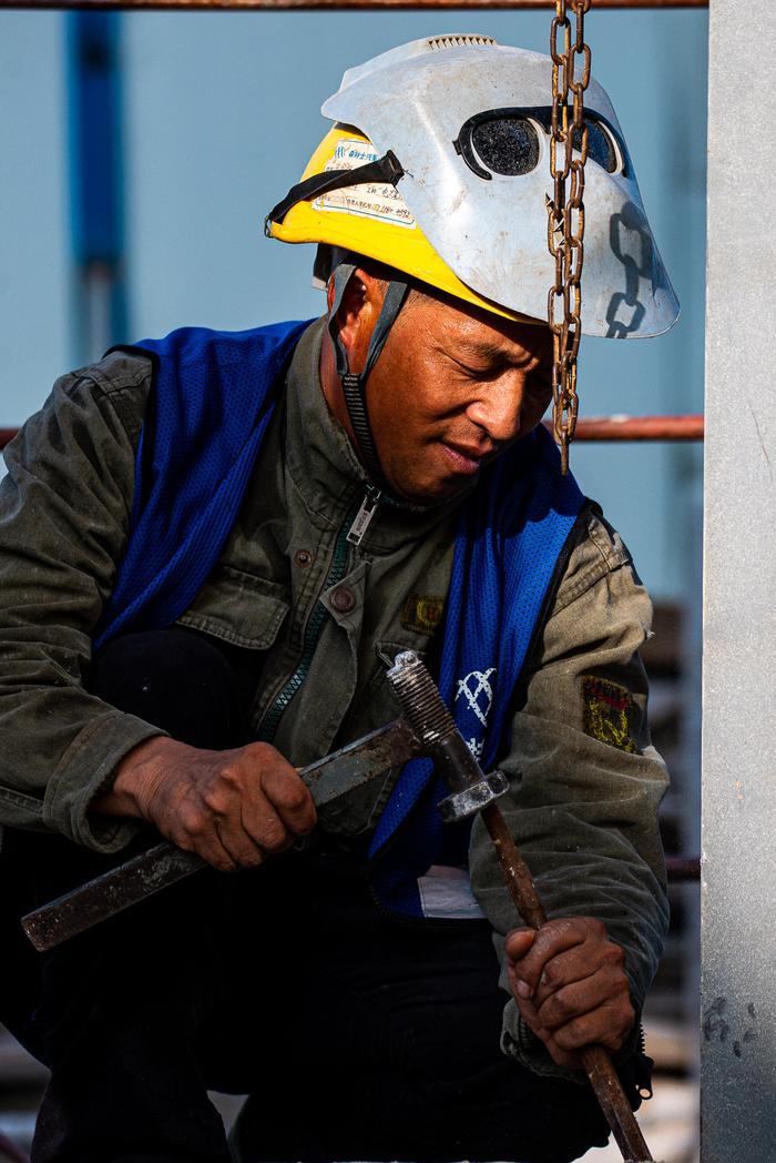 电焊工人在清焊渣。项菁摄