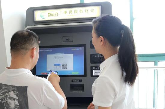辅导员协助企业和群众进行事项办理。 龙湾区政务服务中心供图