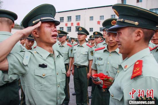 图为退伍老兵向一名战友敬礼。武警贵州总队机动支队供图