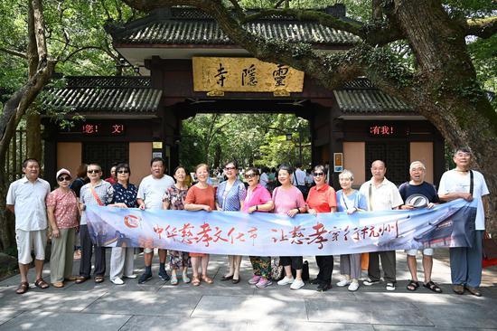 多位杭州市民在灵隐寺门前合影。  张茵 摄