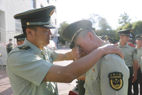 一生一次 兵者荣耀――驻疆武警欢送服役期满老兵光荣返乡