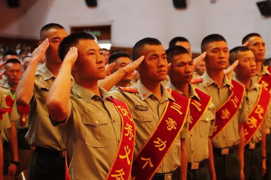 向武警部队旗�|敬礼。