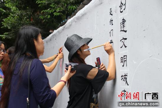一墙见文明 桂林七星区以彩绘墙传播文明力量