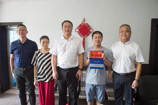 """桐庐县领导向学子发放""""升学红包""""。 桐庐县委宣传部 供图"""
