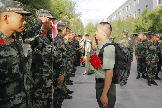 向♀战友敬最后一个军礼。