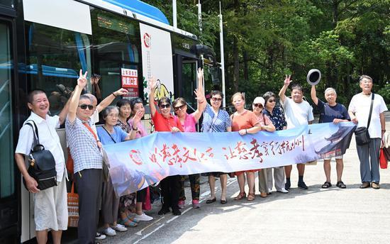 多位杭州市民在7路公交车前合影。  张茵 摄
