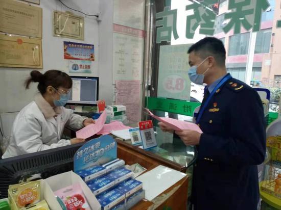 温州市市场监管部门执法人员在检查药械。 温州市市场监管局 供图