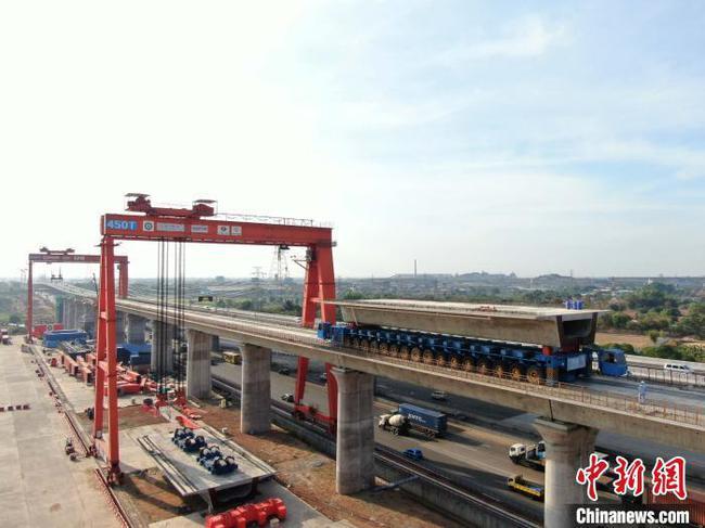 印尼雅万高铁全线最大梁场复工复产恢复箱梁架设