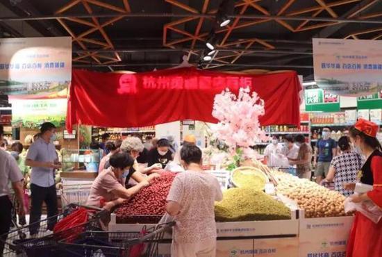 杭州市民在杭州联♀华华商(庆春店)购买阿克苏农特产品。