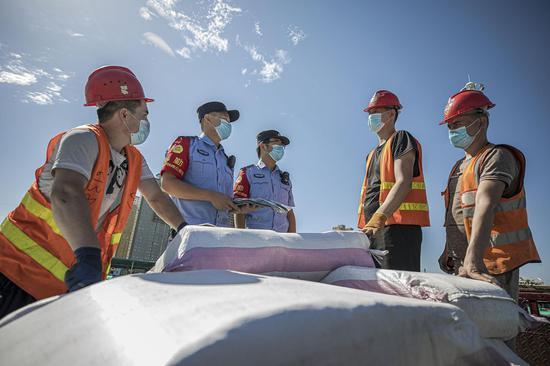 新疆铁警确保中欧班列货物安全