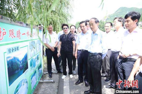 民革中央主席万鄂湘(右4)在贵州省纳雍县了解普赛河治理情况。民革中央供图