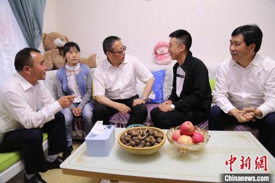2019年5月15日,民革中央常务副主席郑建邦在六盘水市水月产业园区易地扶贫搬迁安置点调研。民革中央供图