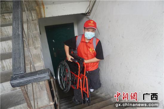 广西爱心企业协手志愿者开展慈善捐赠活动