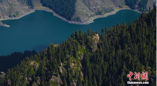 图为马牙山景区俯瞰天池。王小军 摄
